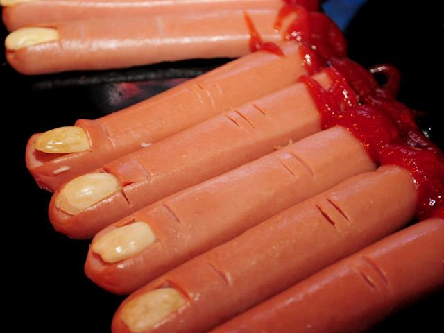 Cardápio temático de Halloween: salsichas decoradas como ''dedos de bruxa''