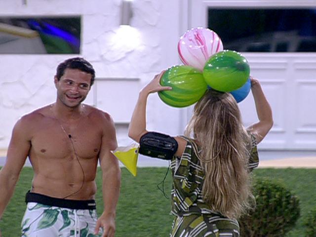 brincam com as bexigas da festa surpresa de Jonas BBB  TV Globo