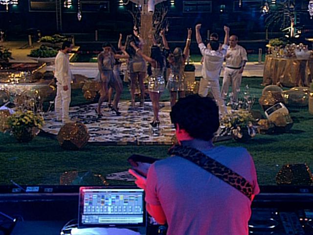 DJ João Brasil agita Festa Ouro e faz a alegria dos brothers que se acabam na pista