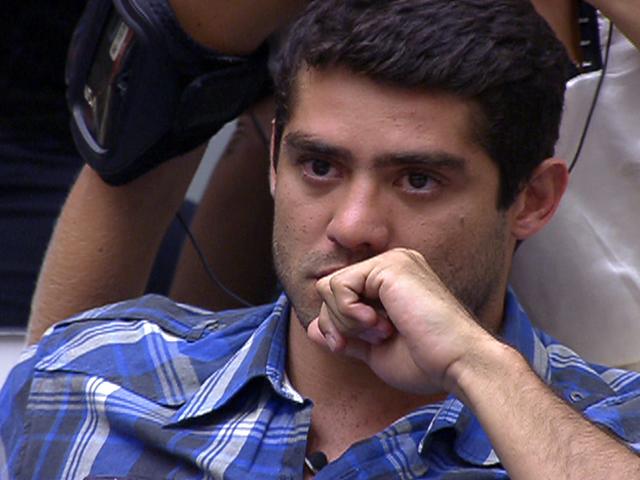 Em contato com a casa, Yuri confessa para Pedro Bial que estava se sentindo no Paredão