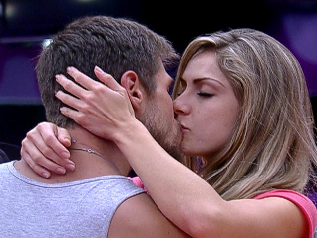 Já na segunda semana de confinamento, Jonas e Renata se beijaram, na cozinha...