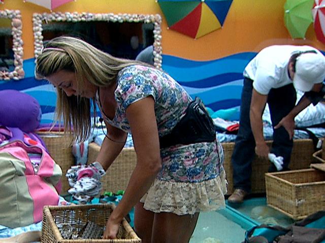 Fael e Fabiana arrumam as malas, e a garota-propaganda cai no choro