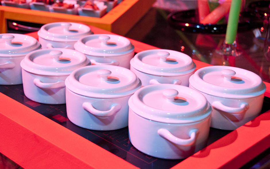 Mini yakissoba de legumes servido em panelinhas individuais