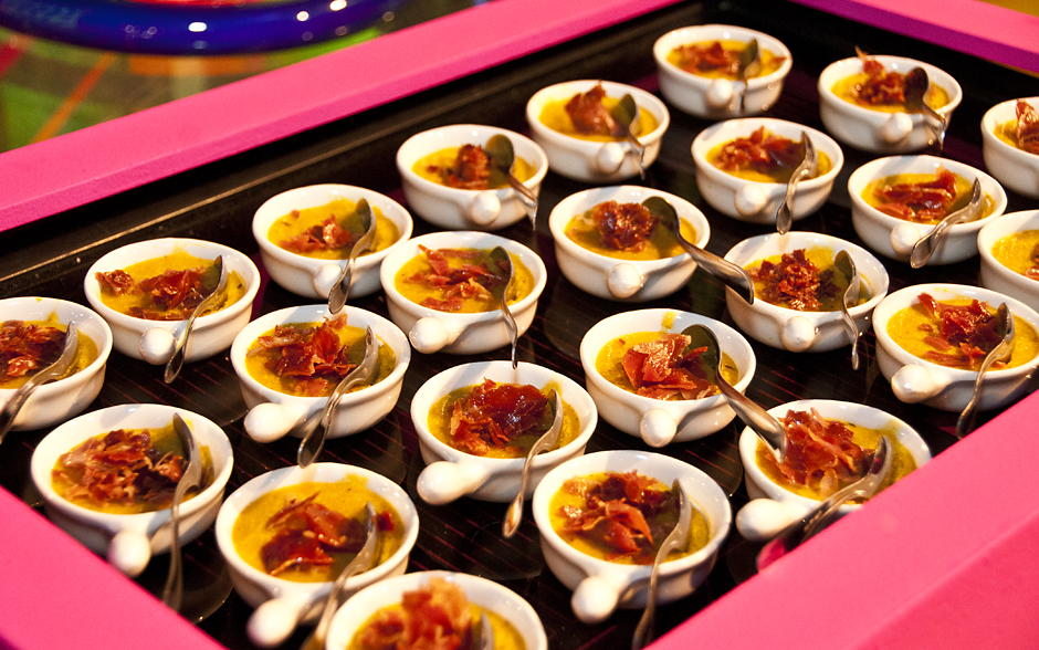 Deliciosas cumbuquinhas de polenta com presunto de parma crocante