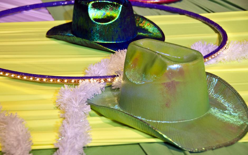 decoracao festa rave : decoracao festa rave:Diversos adereços, como chapéus e bambolês, estão espalhados pela