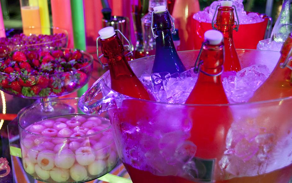 Apostando nas cores, a decoração da festa conta com garrafas coloridas e diversas frutas