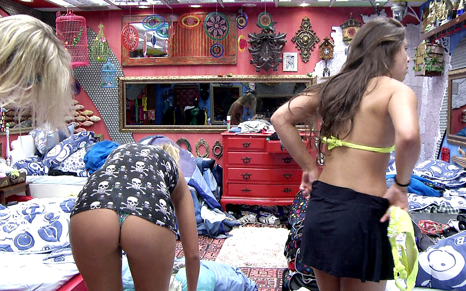 Só de camisa, Marien abaixa o corpo e acaba mostrando o bumbum de outro ângulo