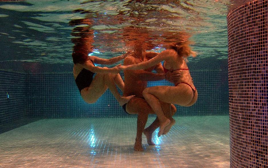 Kamilla e Fernanda brincam com Marcello na piscina e sobem no personal