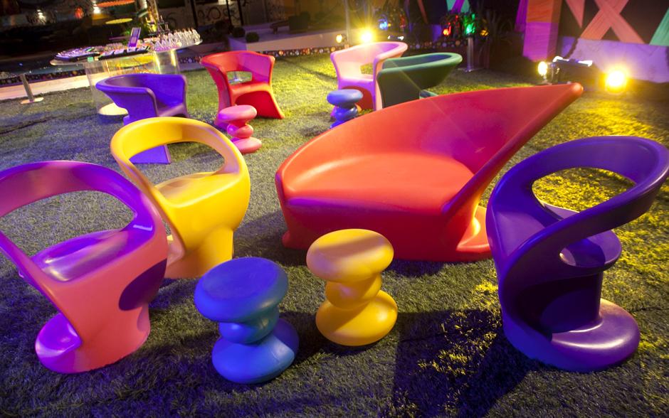 Cadeiras e bancos coloridos dão o tom lúdico da noite