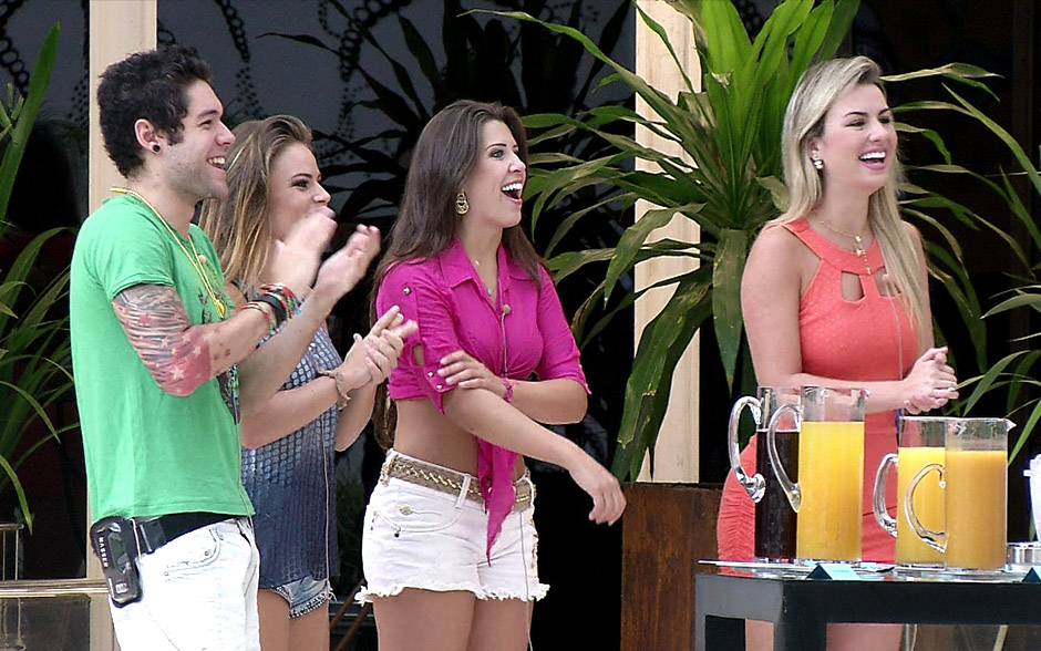 Andressa, Fernanda, Natália e Nasser são surpreendidos com show do MC Koringa