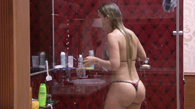 De fio dental, Fernanda toma chuveirada (BBB / TV Globo)