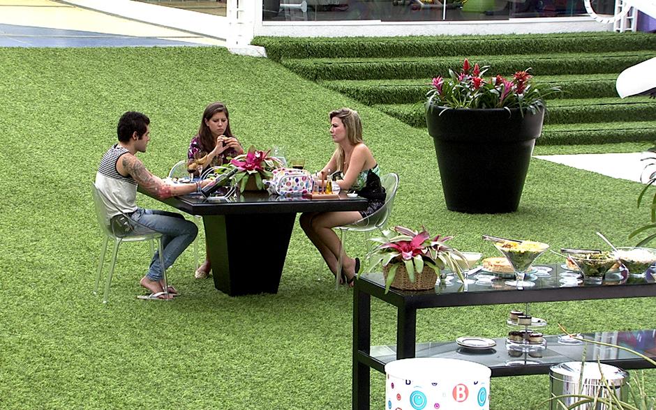 Ao ar livre, Andressa, Fernanda e Nasser participam de almoço especial no último dia na casa