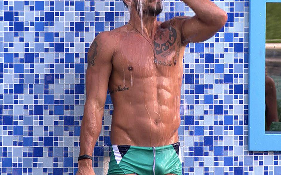 Que tanquinho é esse! Diego exibe a excelente forma durante o banho na área externa da casa
