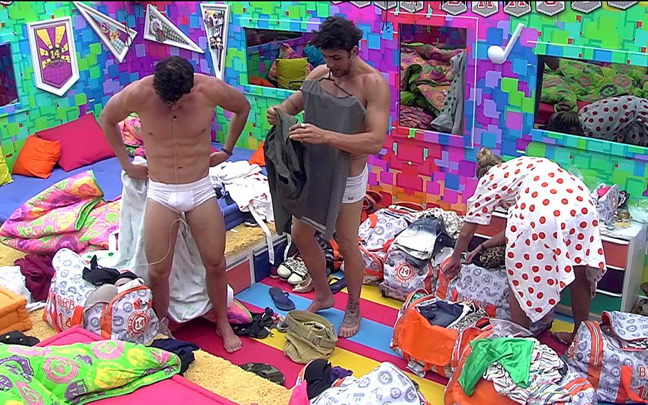 Eles demoram a trocar de roupa após o banho e nem se importam com a sister ao lado