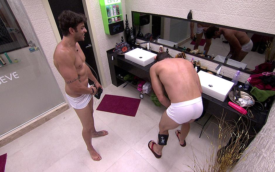 Bem á vontade, os brothers conversam no banheiro... ainda de cueca!