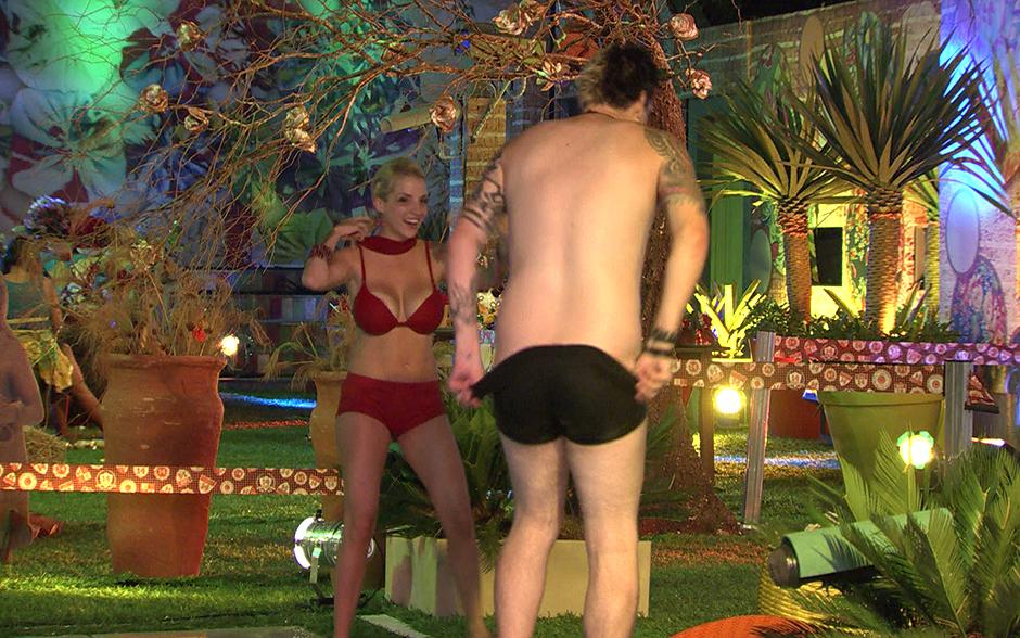 Cassio faz uma proposta a Clara: pergunta à sister se ela tiraria a roupa se ele ficasse pelado