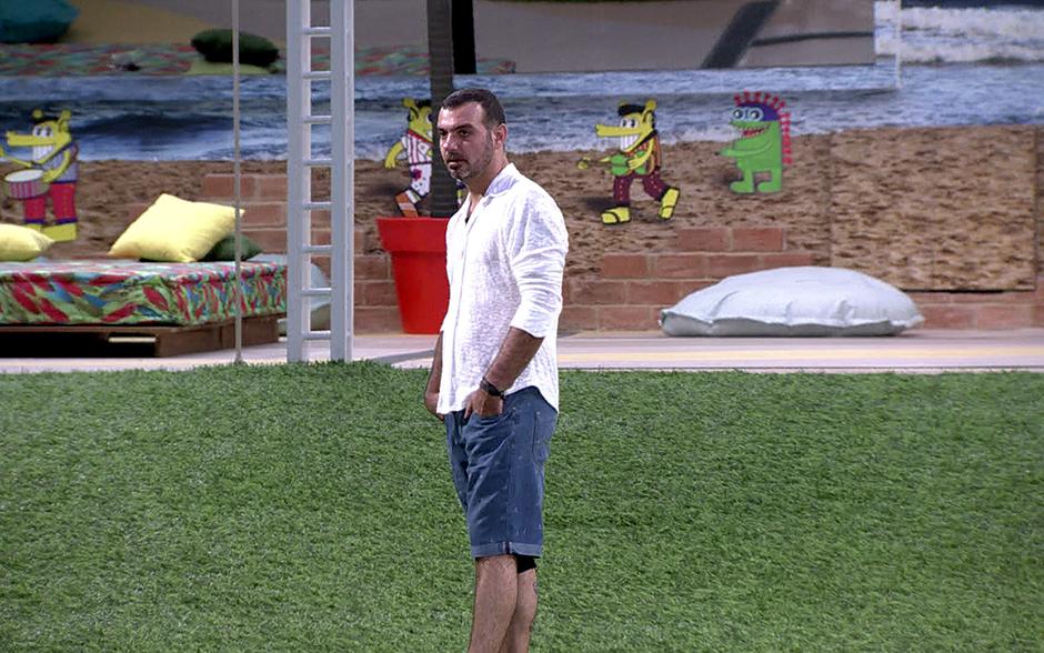 Vagner anda sozinho pelo jardim momentos antes de o programa começar