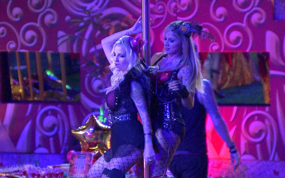 Clara e Vanessa não perdem tempo e logo interagem com o pole dance da noitada