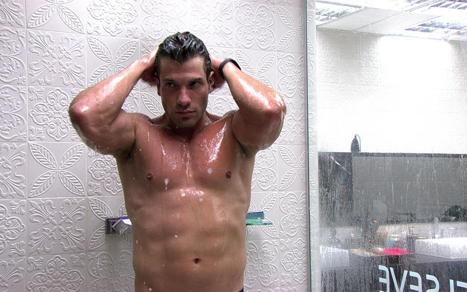O 'Super' exibe seu tanquinho durante o banho