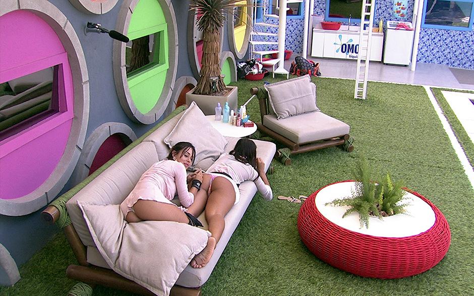 Cansada de ficar em pé, Franciele resolve deitar-se para Letícia seguir com o 'trabalho'