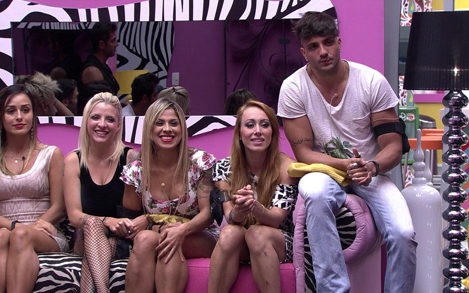 Os emparedados Vanessa, Aline e Junior sentam juntinhos no sofá da sala