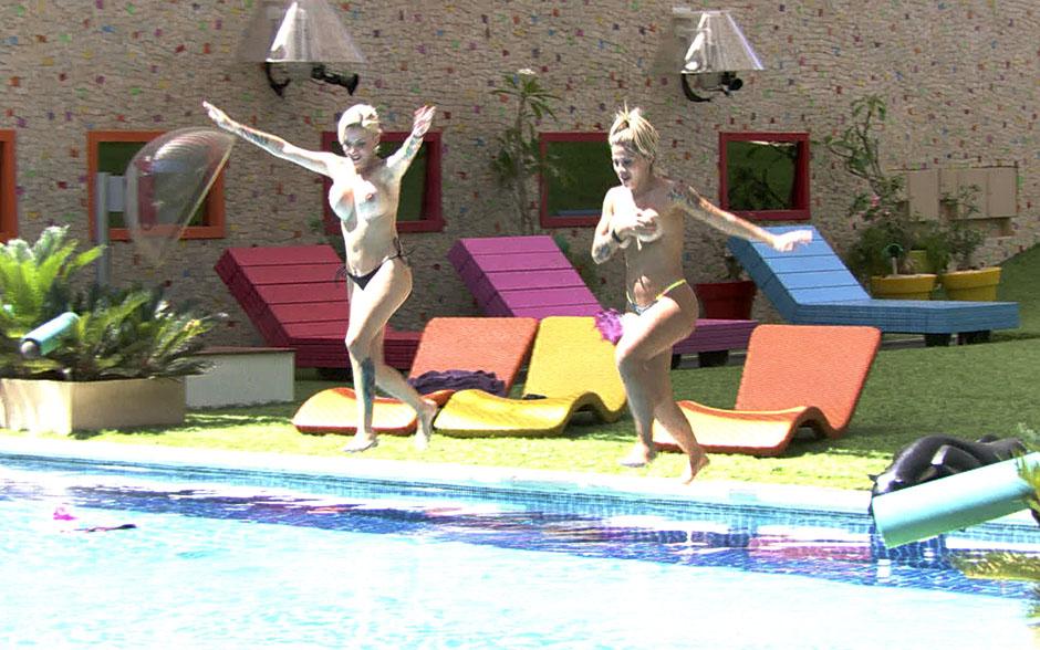 Em seguida, elas correm para pular na piscina