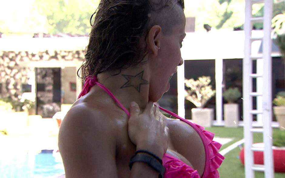 Provocativa, Vanessa sensualiza e exibe sua tatuagem de estrela