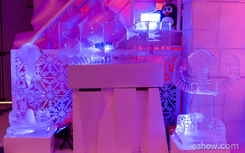 A Festa na Sibéria é decorada com esculturas de gelo criadas por Adriano Elias