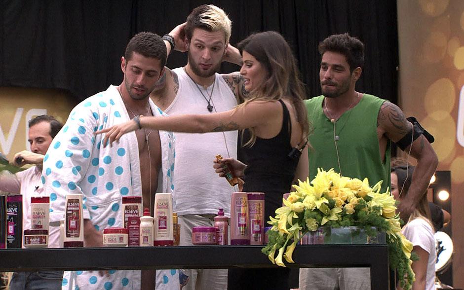 Isabeli Fontana visitou a casa do BBB14 ao lado do hair stylist Marcos Proença e presenteou os brothers com o Dia da Beleza L'Oréal Elseve