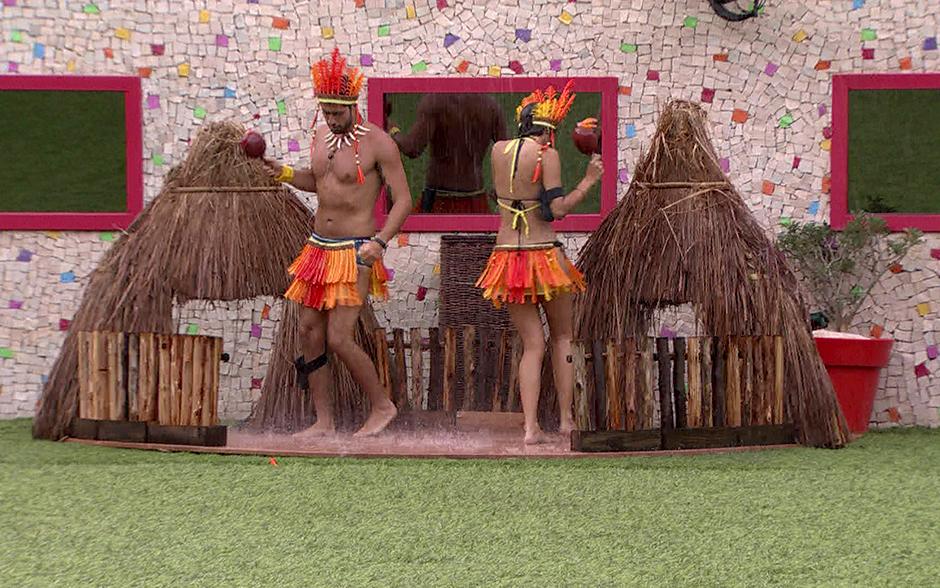 Marcelo e Angela cumpriram o primeiro Castigo do Monstro do BBB14, um 'presentinho' dado por Aline, que venceu a Prova do Anjo