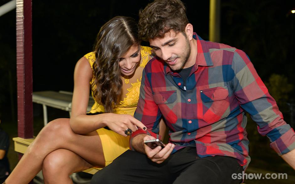 Franciele e Junior conferem as fotos dos bastidores da final do BBB14 no celular
