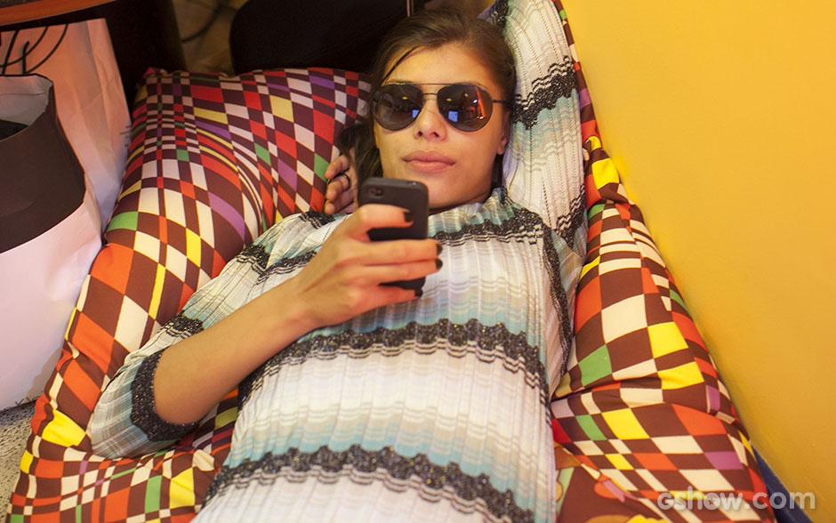 Em momento relax, Fran olha o celular (Foto: Dafne Bastos/TV Globo)