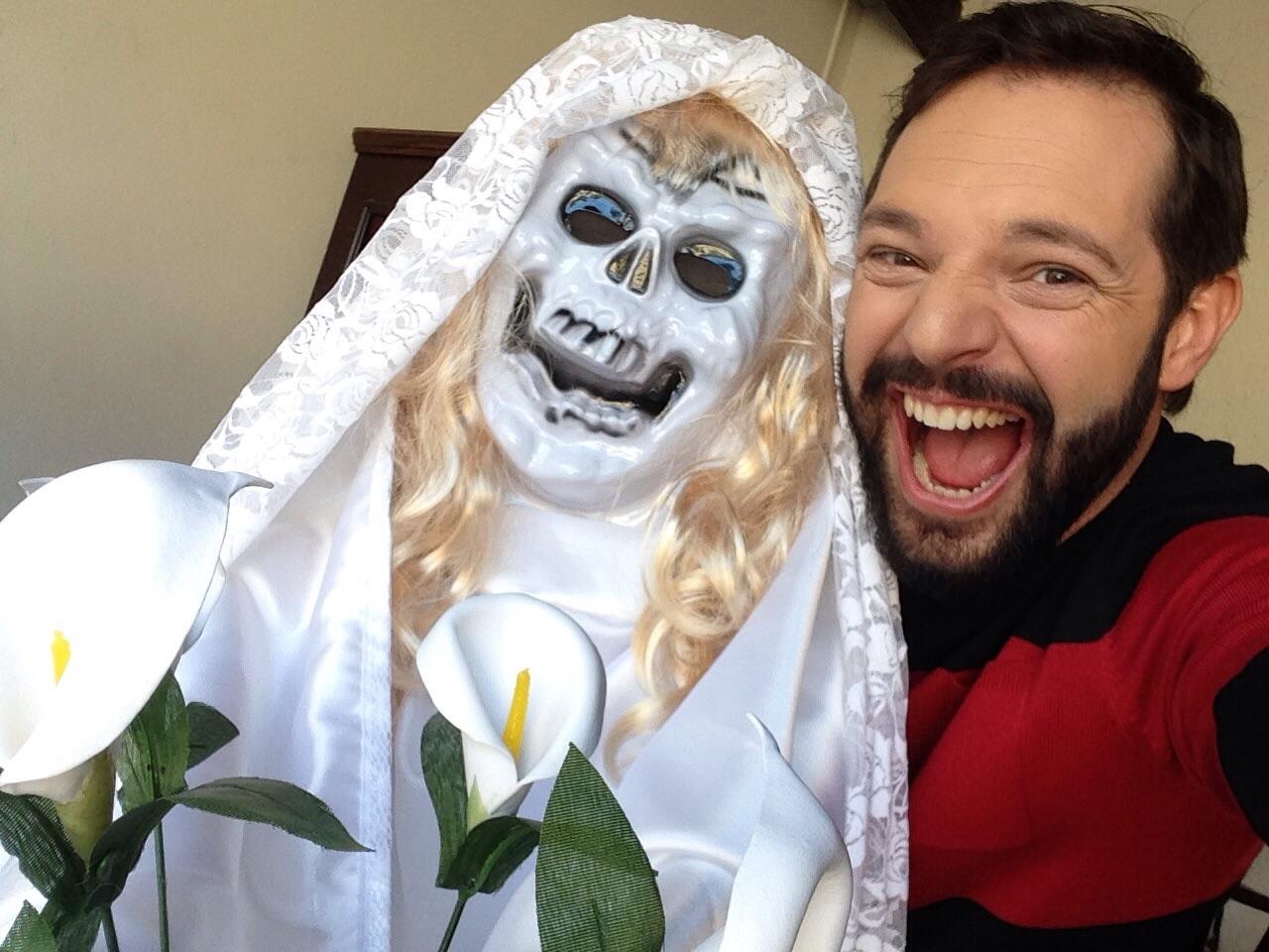 Mateus Luz posa junto com uma 'noiva cadáver' nos bastidores das gravações