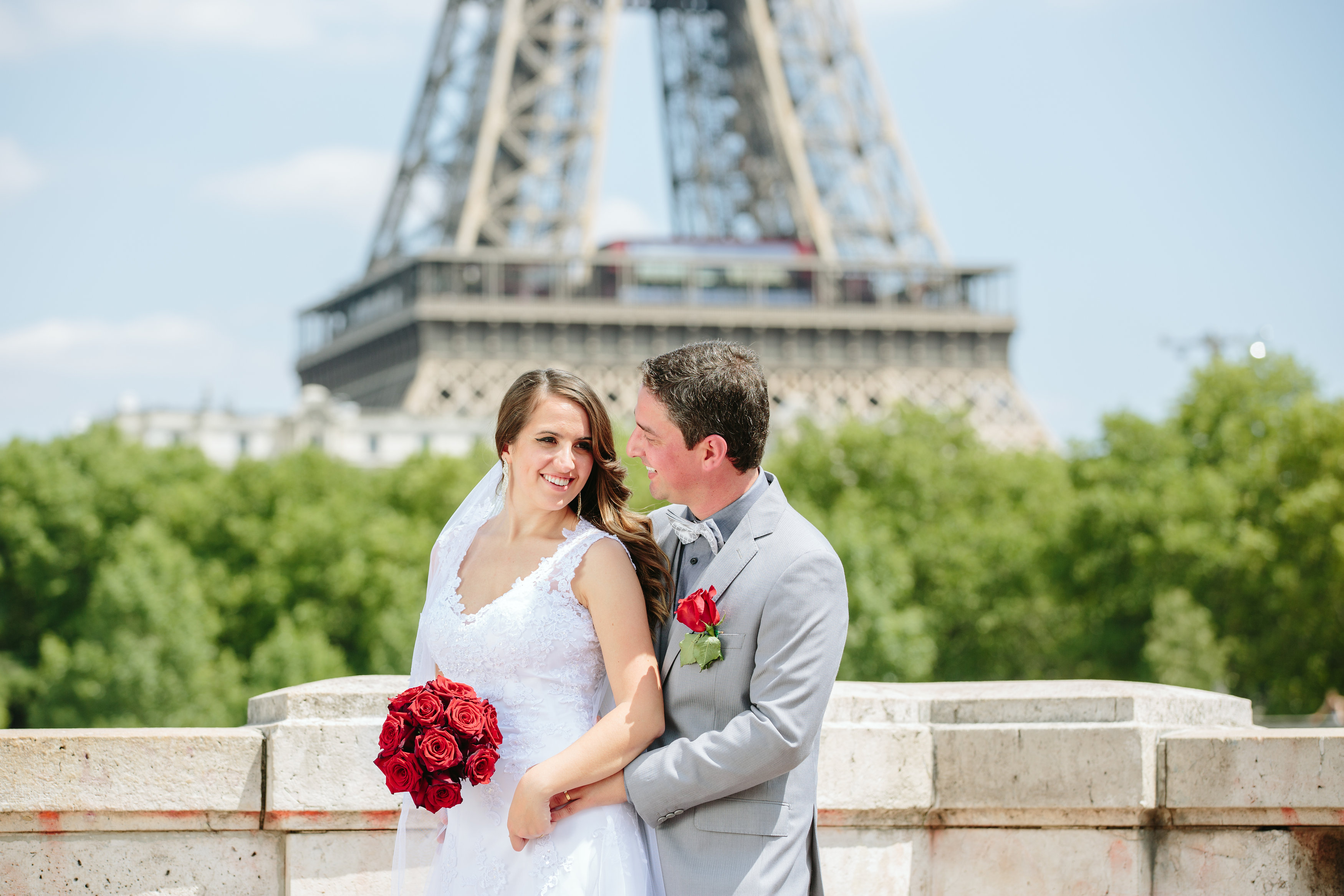 Direto de Paris, a jornalista Amanda Munhoz e o comentarista esportivo Filipe Gambá