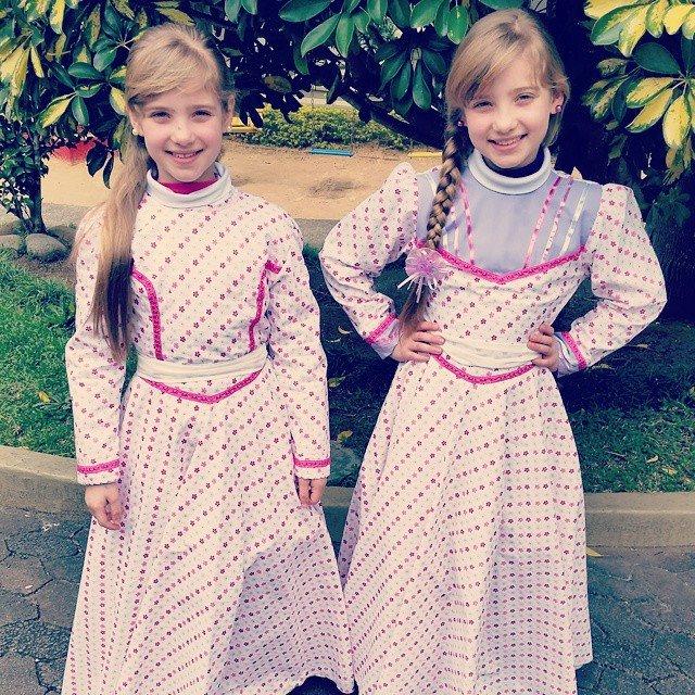 As manas gêmeas Laryssa e Rayssa se preparam para irem até os Pavilhões da Festa da Uva, para a Semana Farroupilha de  Caxias do Sul
