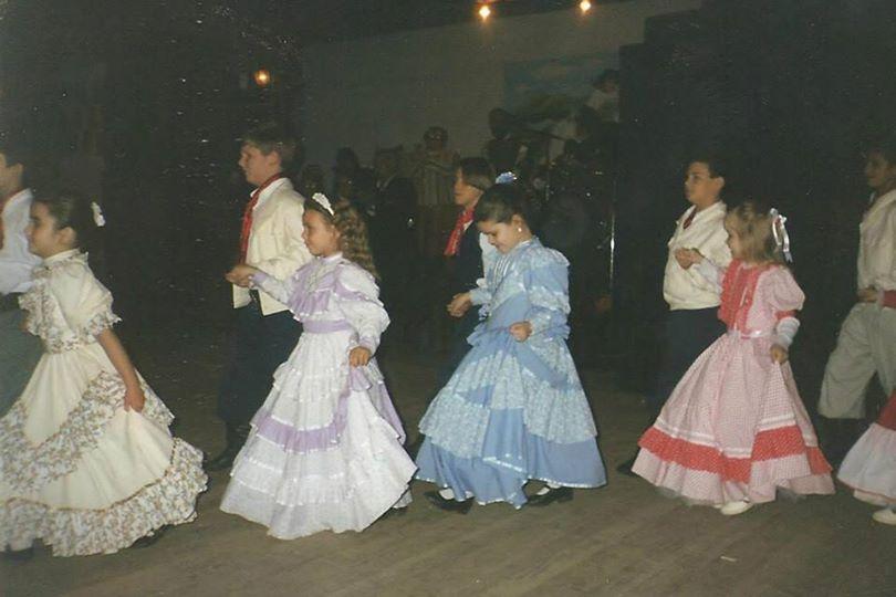 Adriana Rabassa de Pelotas mostra sua primeira apresentação na invernada mini-mirim do CTG Os Farrapos, em 1997
