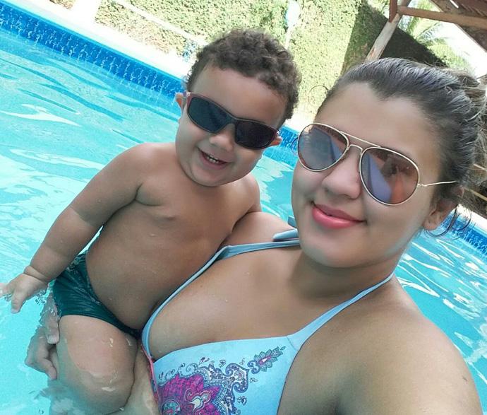 Para a mãezona  Jéssyca a boa foi curtir uma piscina com o fofo do Enzo