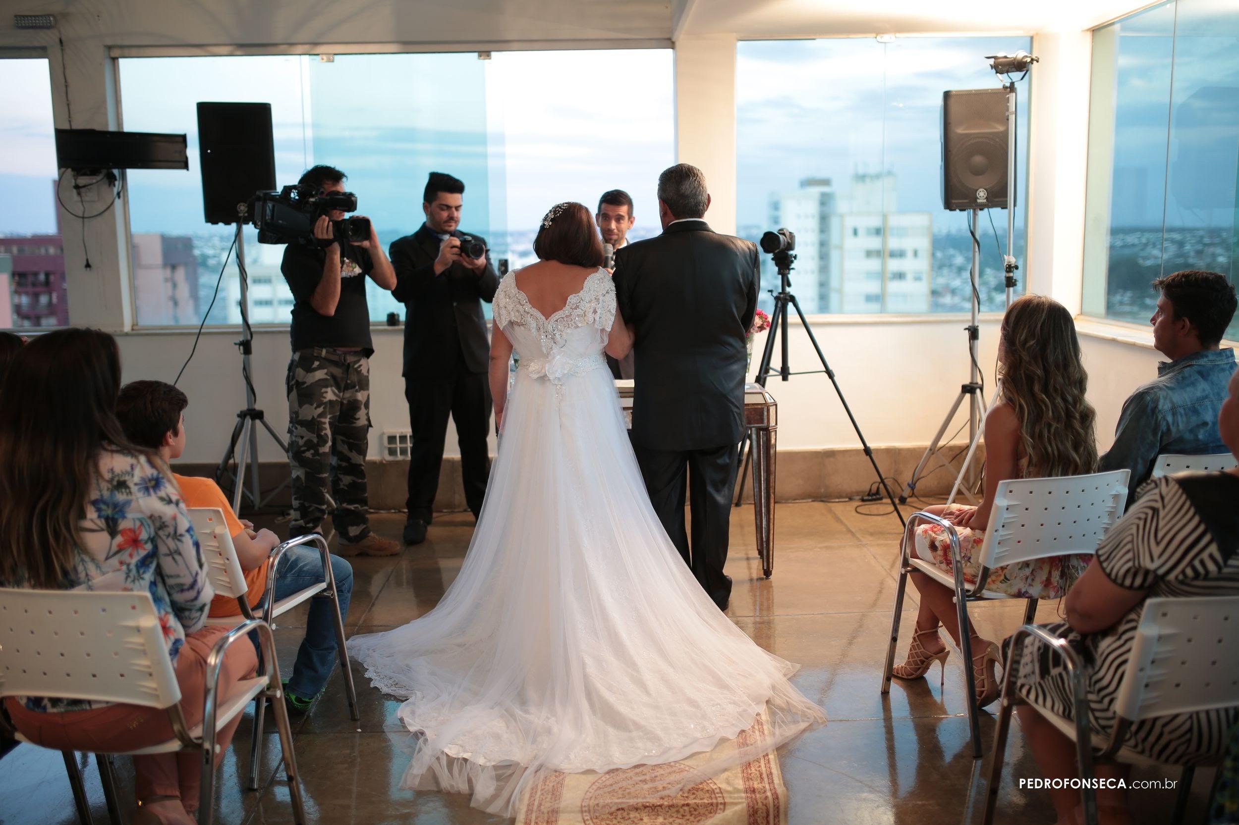 Carona comemora sete anos com surpresa de casamento
