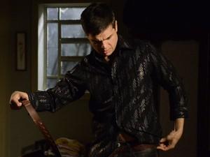 Élcio coloca suas roupas de homem para voltar ao baile (Foto: Morde & Assopra/TVGlobo)