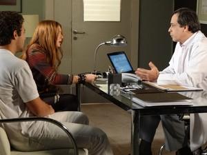 Alice argumenta com médico, ela não acredita no que ele está contando (Foto: Morde & Assopra/TVGlobo)