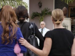 Irritado com Alice e Áureo, Isaías deserda os filhos (Foto: Morde&Assopra/TVGlobo)