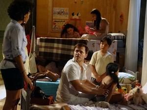 Ricardo se surpreende com hematoma em Cléo (Foto: Aquele Beijo/TV Globo)