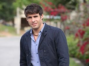 Raoni comemora a participação na trilha sonora da novela (Foto: Aquele Beijo/TV Globo)