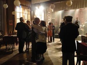 Nada de baixo astral, Iná aproveita baile para dançar com pretendente (Foto: A Vida da Gente/TV Globo)
