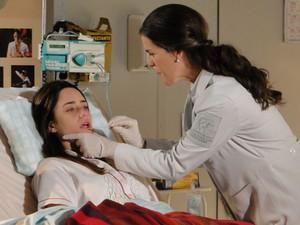 Ana responde aos estímulos da fisioterapeuta (Foto: A Vida da Gente - Tv Globo)