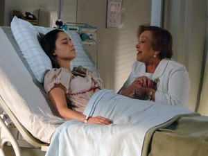 Iná tranquiliza a neta e avisa que a família está a esperando (Foto: A Vida da Gente - Tv Globo)