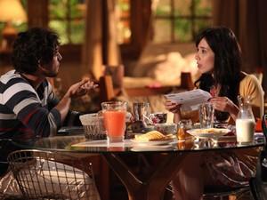 Manu fica surpresa e diz que não gostaria de ficar longe de Ana (Foto: A Vida da Gente - Tv Globo)