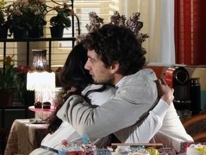 Inseguros, Rodrigo e Manu se abraçam com medo do que vem pela frente (Foto: A Vida da Gente - Tv Globo)