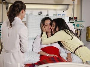 Manu é carinhosa com a irmã e fica animada com sua evolução (Foto: A Vida da Gente - Tv Globo)