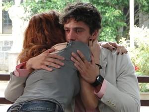 Nanda apoia Rodrigo e tenta diminuir a sua angustia (Foto: A Vida da Gente - Tv Globo)